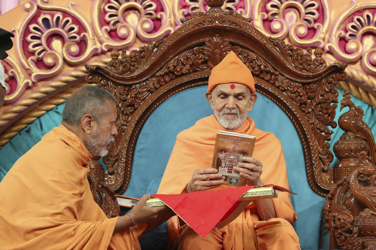 Swamishri inaugurates a new print publication, 'Glory of Akshar Deri and Mandir'