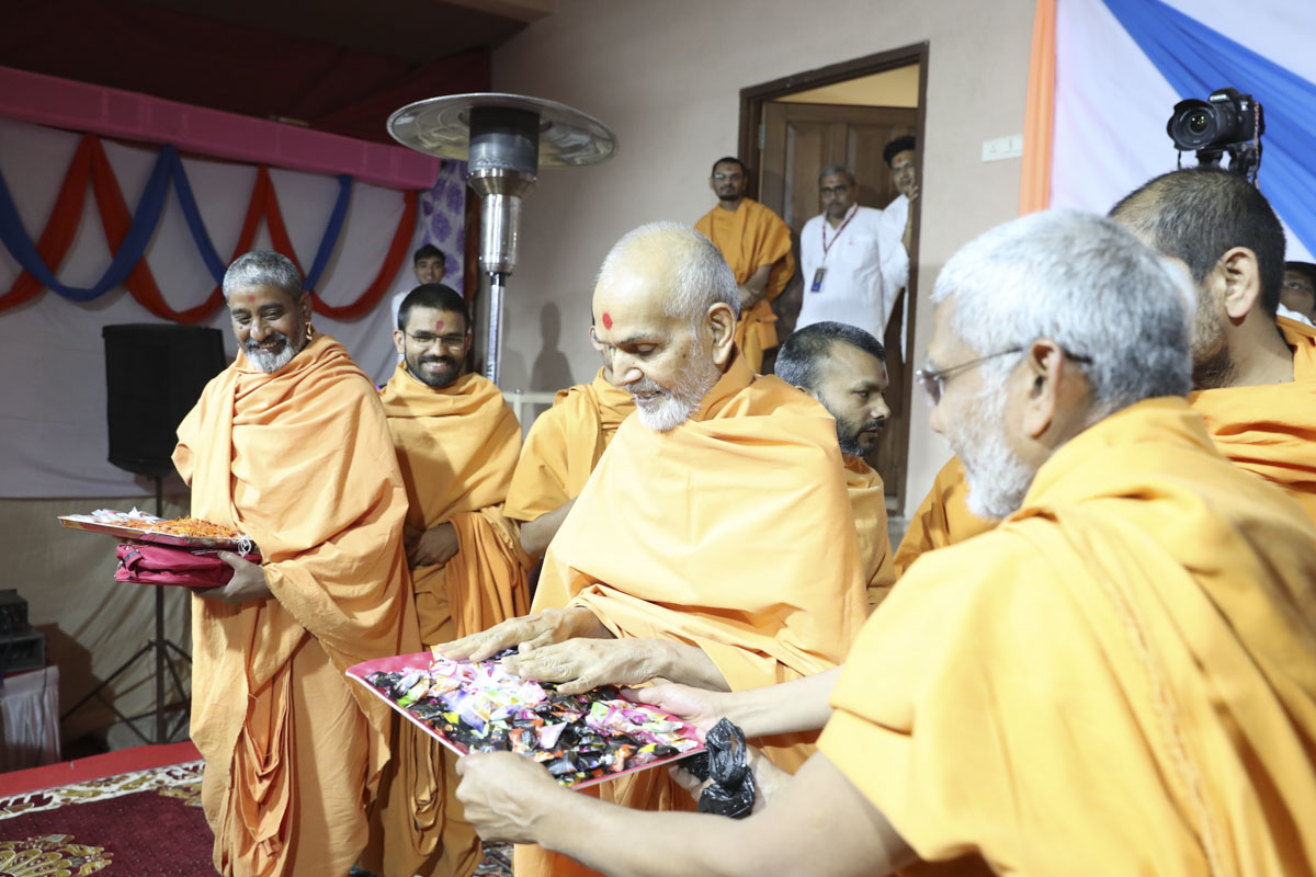 Swamishri sanctifies chocolates for the children