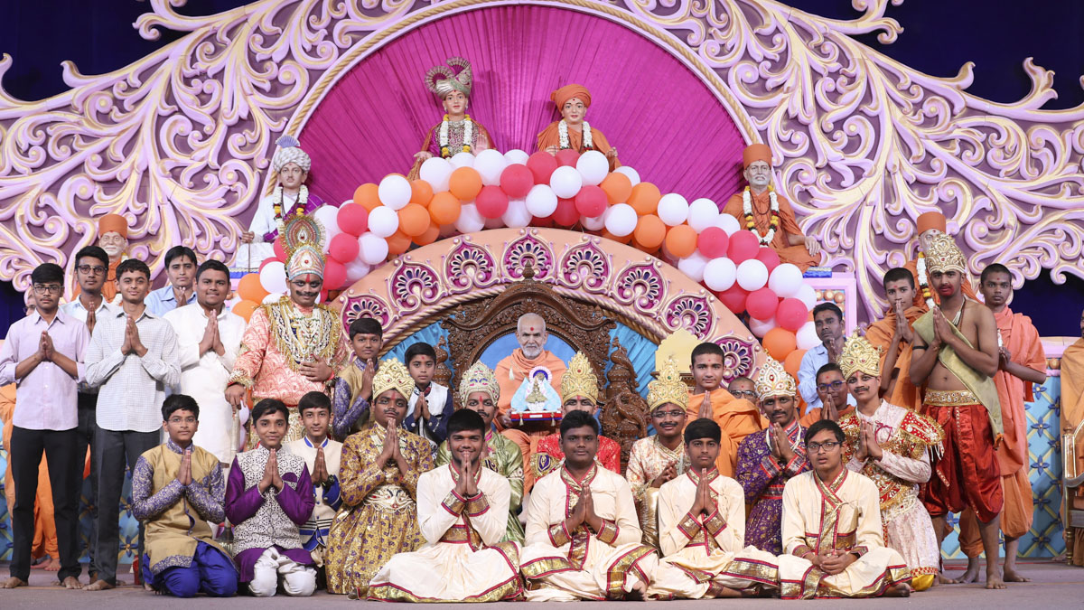 Students with Swamishri