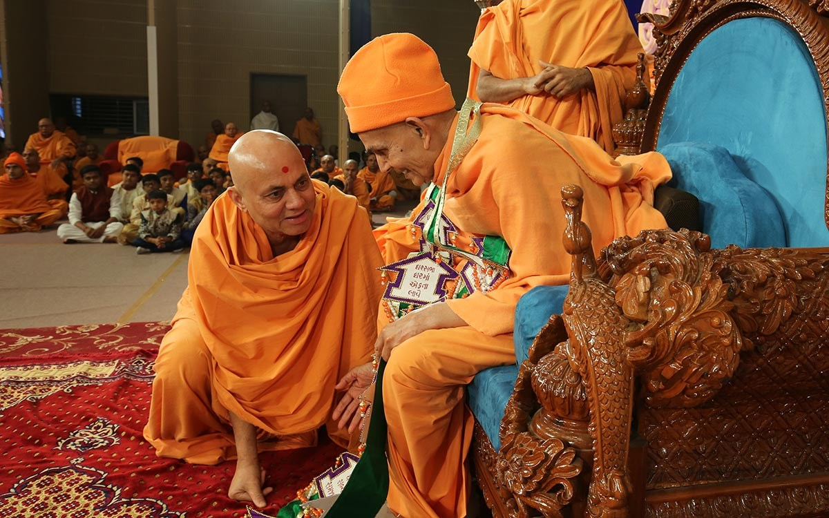 Pujya Viveksagar Swami honors Swamishri with a garland