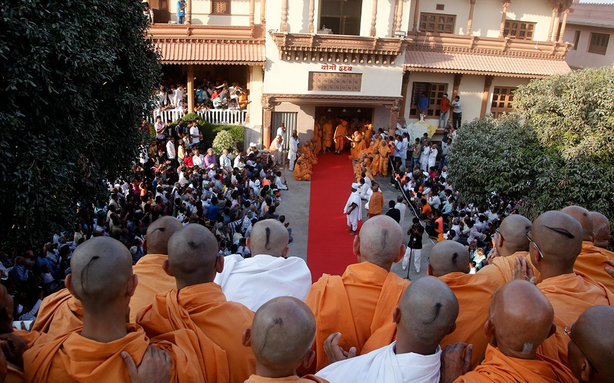 Sadhus and devotees doing darshan of Swamishri as Swamishri departs from Gondal