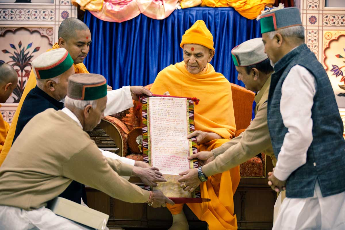 Devotees from Shimla offer their prayers to Swamishri
