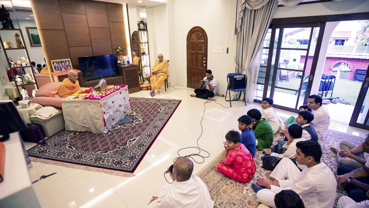 Param Pujya Mahant Swami Maharaj performs his morning puja, 4 Feb 2018