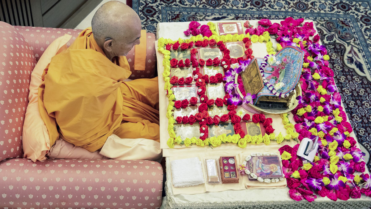 Swamishri performs his morning puja, 4 Feb 2018