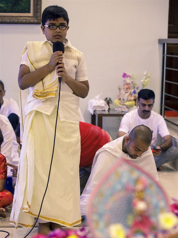 A child presents before Swamishri, 4 Feb 2018