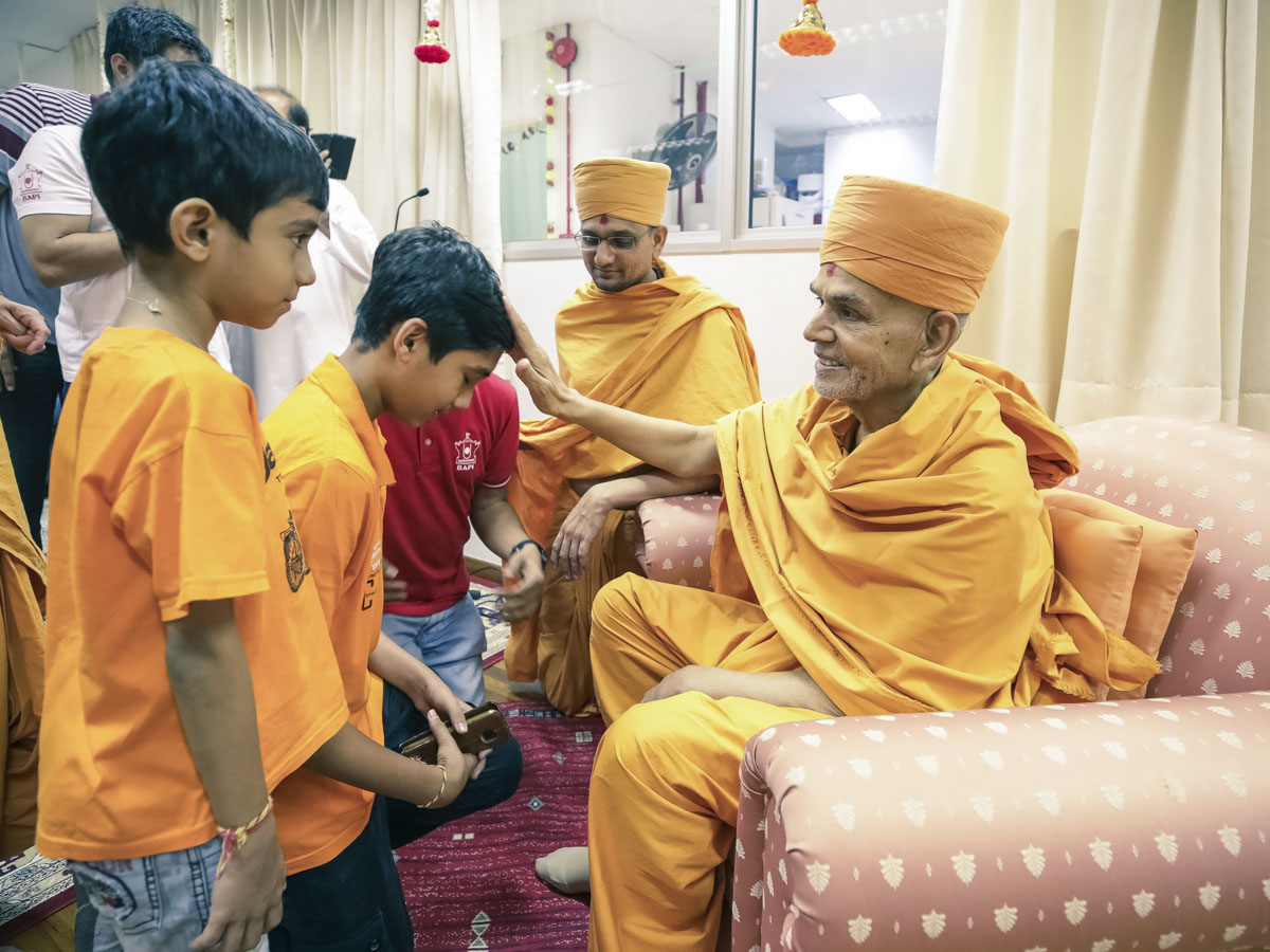 Swamishri blesses children, 4 Feb 2018