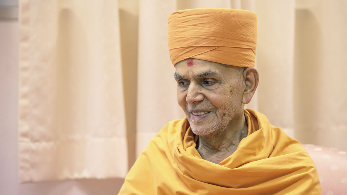 Swamishri during the assembly, 4 Feb 2018