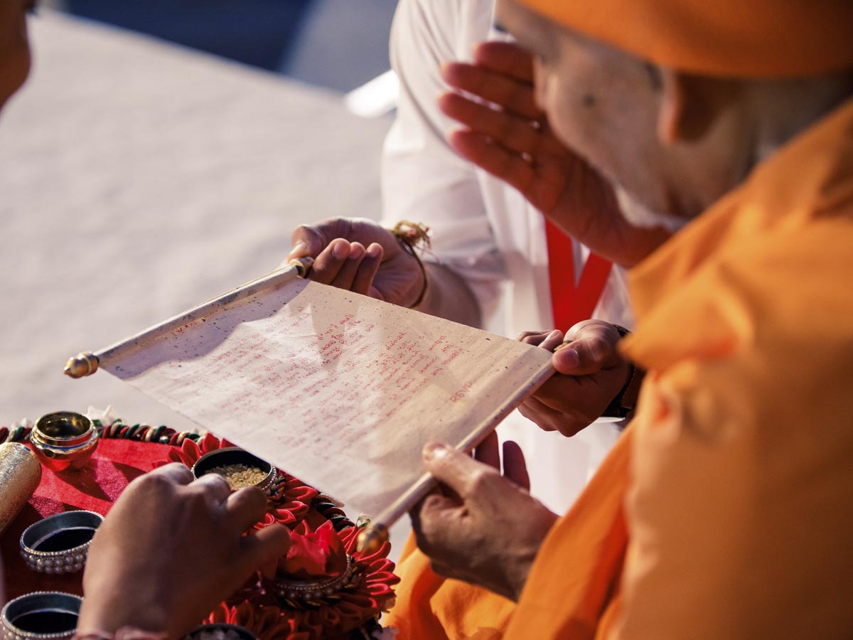 Swamishri reads an invitation