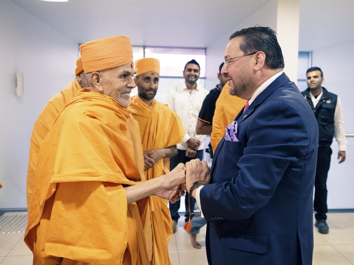 Mr Craig Ondarchie, MP, State Member for Northern Metropolitan, welcomes Swamishri to his office
