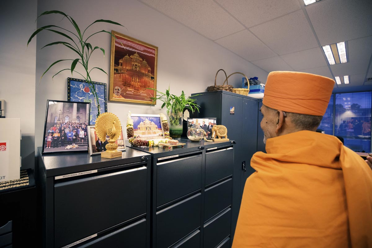 Swamishri visits the office of Mr Craig Ondarchie