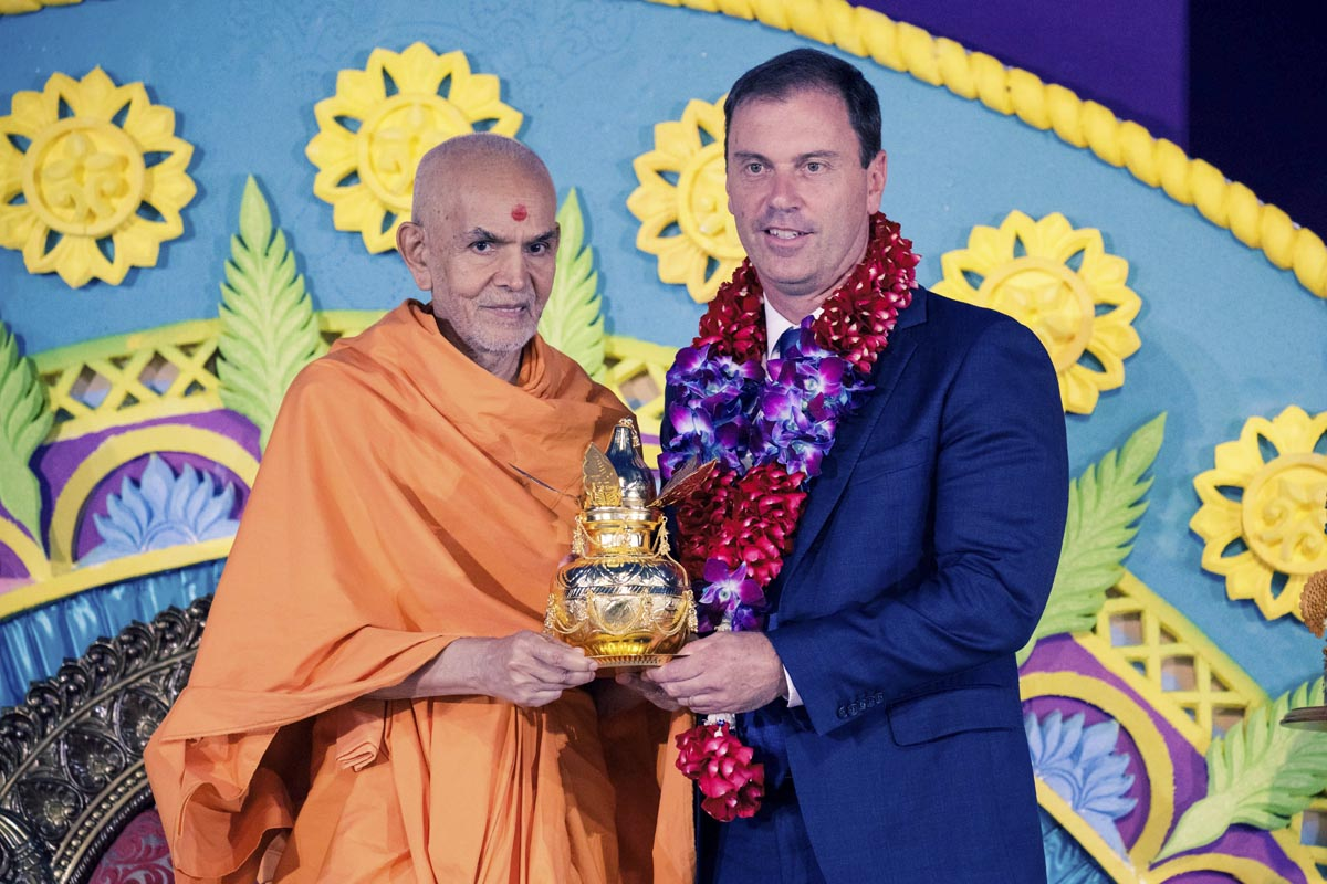 Swamishri presents Amrut Kalash to Hon Colin Brooks, MP, Speaker of Legislative Assembly, Parliament of Victoria