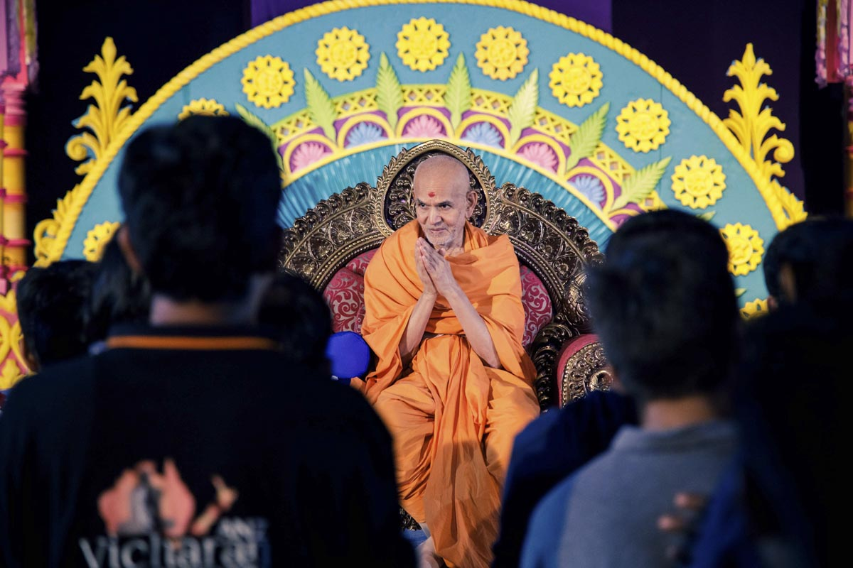 Swamishri humbly greets devotees with 'Jai Swaminarayan'
