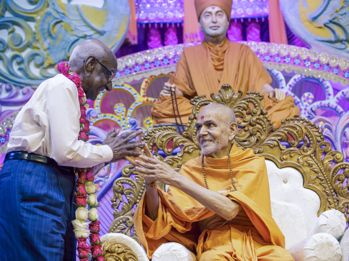 A devotee welcomes Swamishri