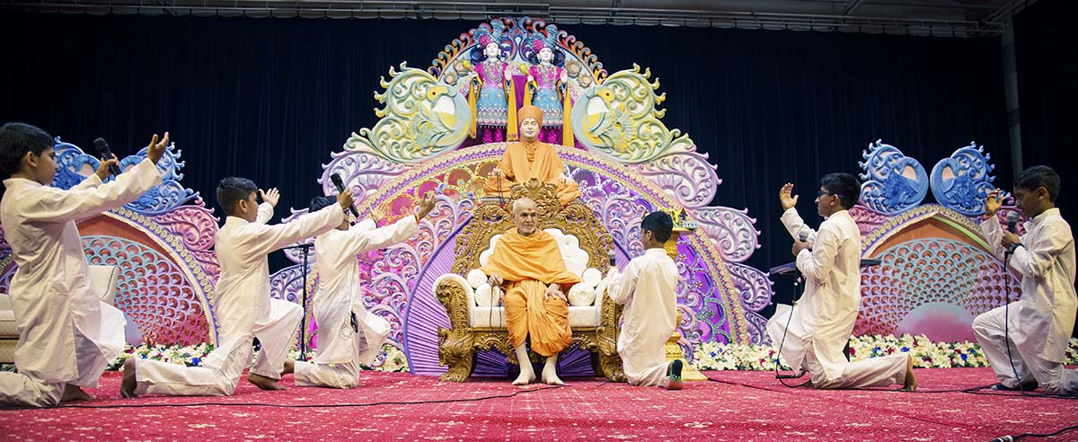 Children pray before Swamishri