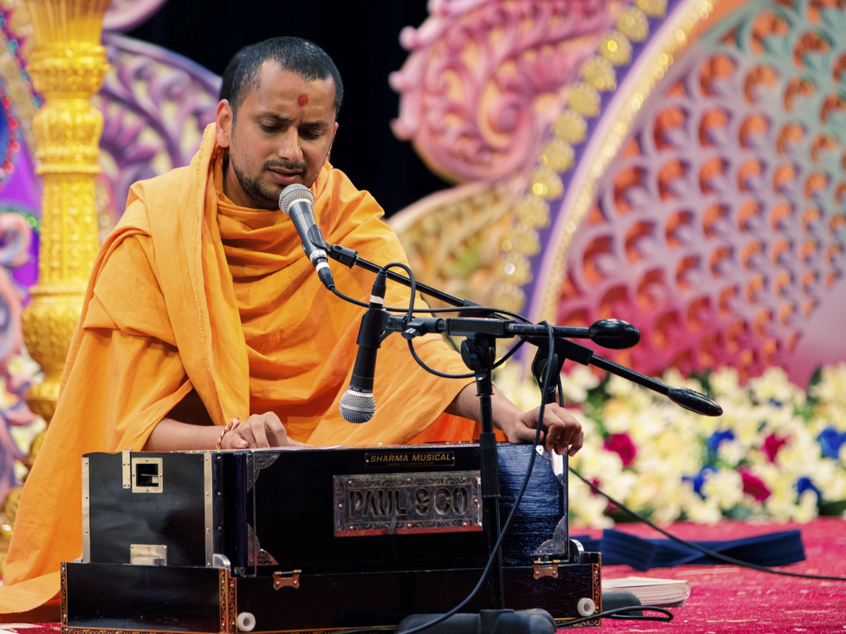 A sadhu sings kirtans in the evening assembly
