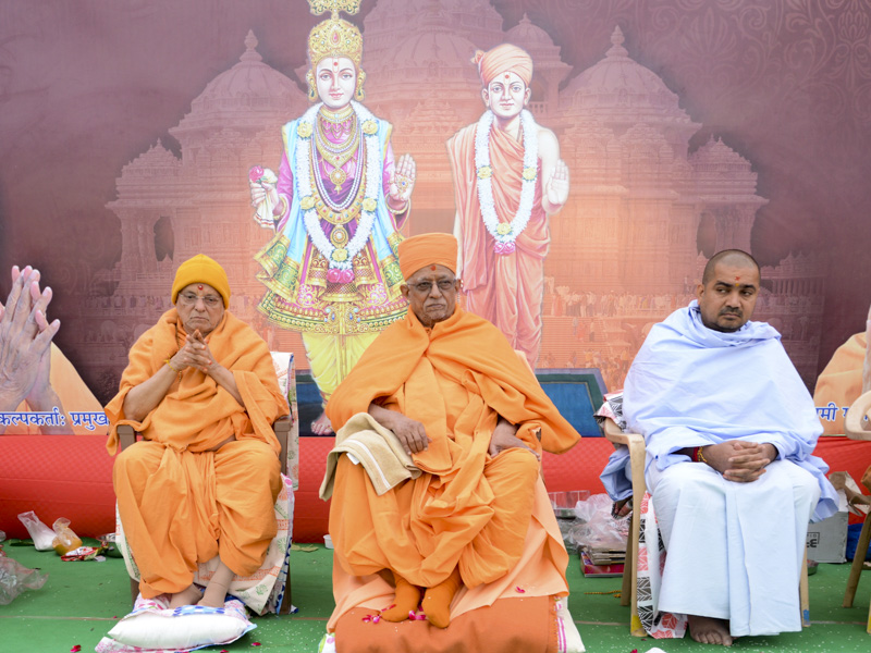 Pujya Swayamprakash Swami (Doctor Swami), Pujya Ishwarcharan Swami and dignitaries on stage during the assembly