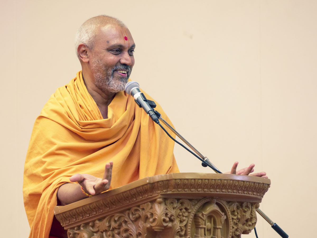 Brahmamuni Swami addresses the evening satsang assembly
