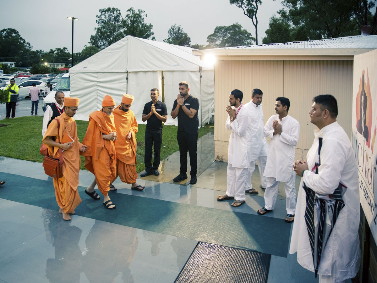 Param Pujya Mahant Swami Maharaj arrives for his morning puja