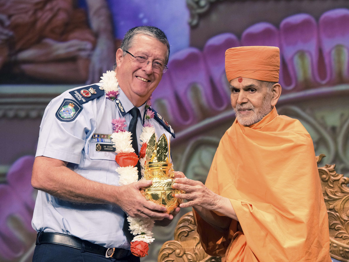 Swamishri presents an Amrut Kalash to Queensland Police Commissioner Ian Stewart