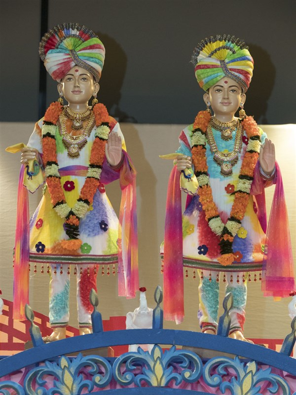 Murtis of Bhagwan Swaminarayan and Aksharbrahman Gunatitanand Swami on the stage