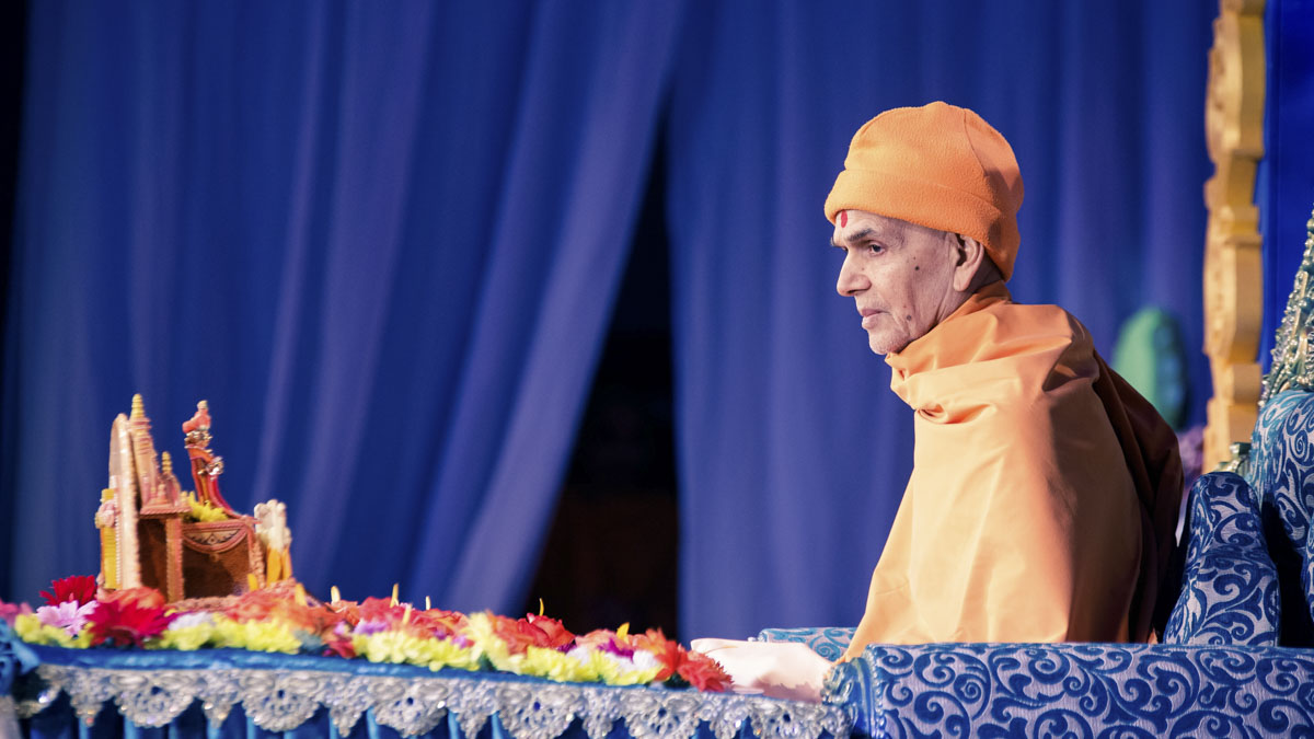 Param Pujya Mahant Swami Maharaj performs his morning puja