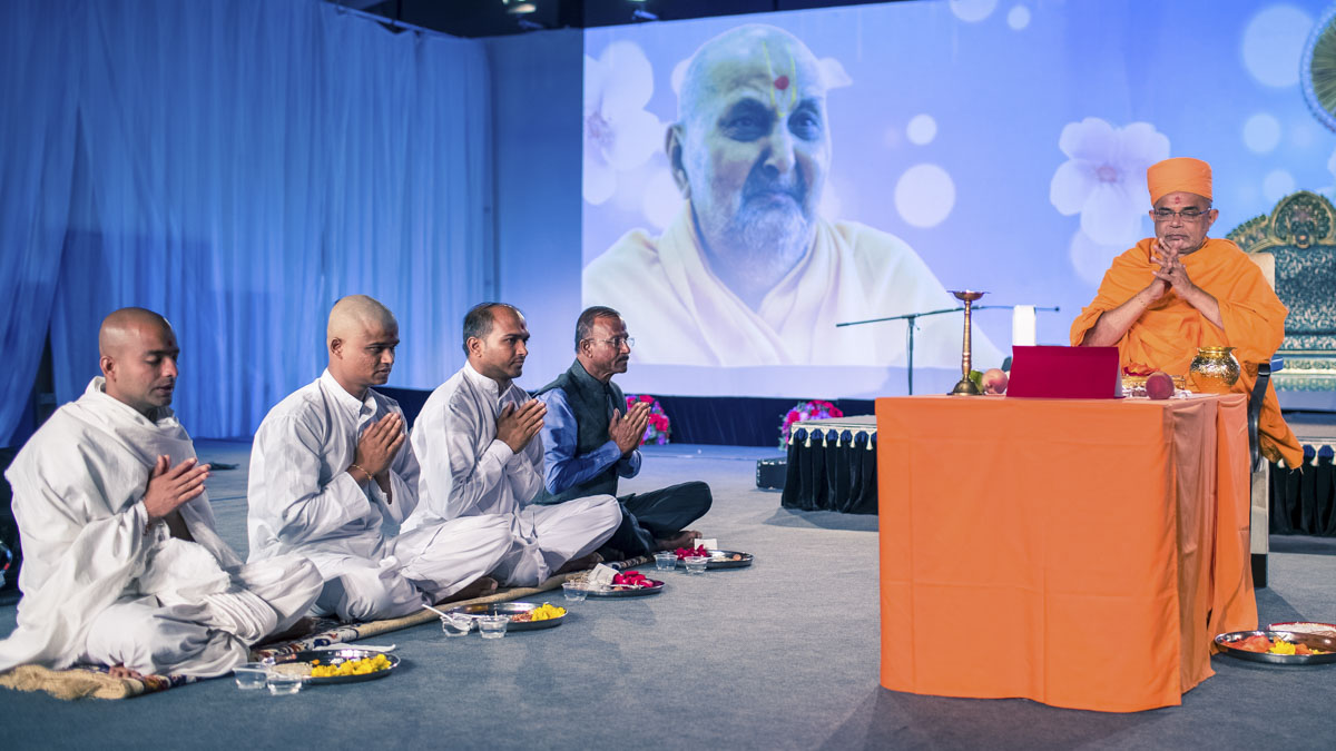 A parshad and sadhak perform diksha mahapuja rituals with Jnaneshwar Swami in the evening