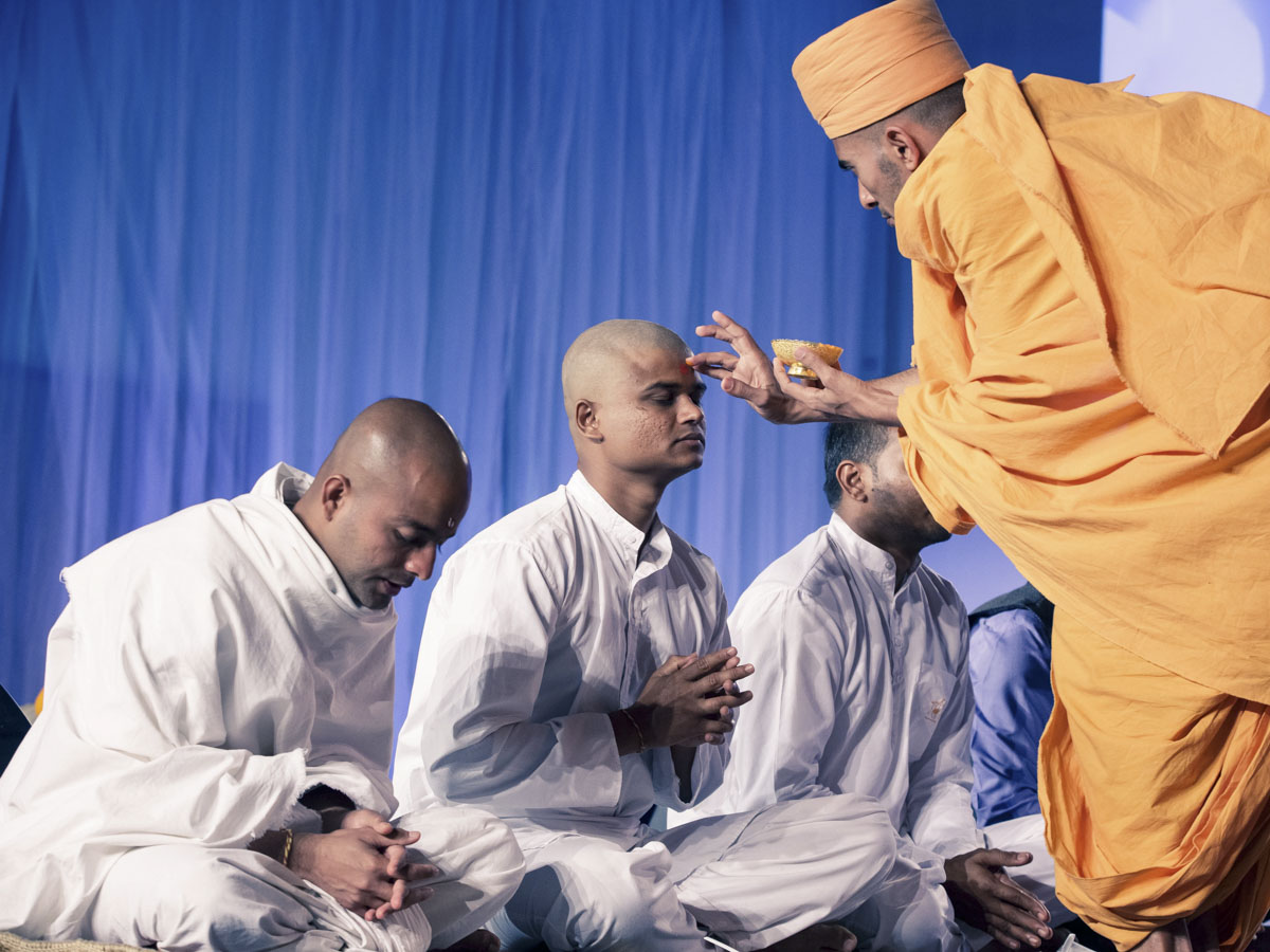 A swami applies chandlo to sadhak
