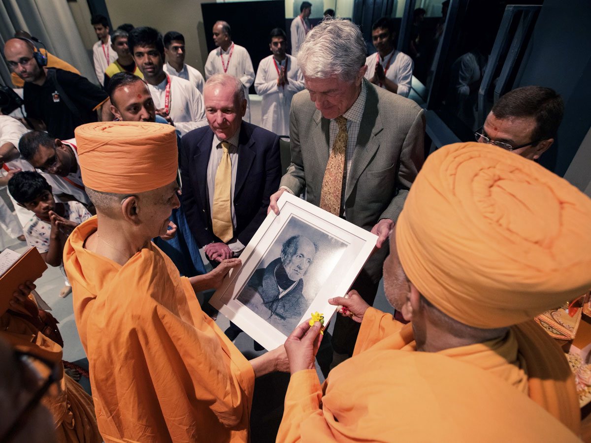 Swamishri sanctifies a photo of Sir John Malcolm