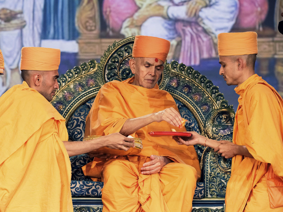 Swamishri sanctifies janois (sacred threads) for the new initiates