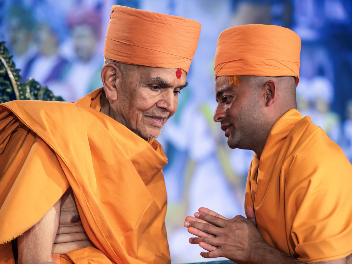Swamishri gives diksha mantra and blessings