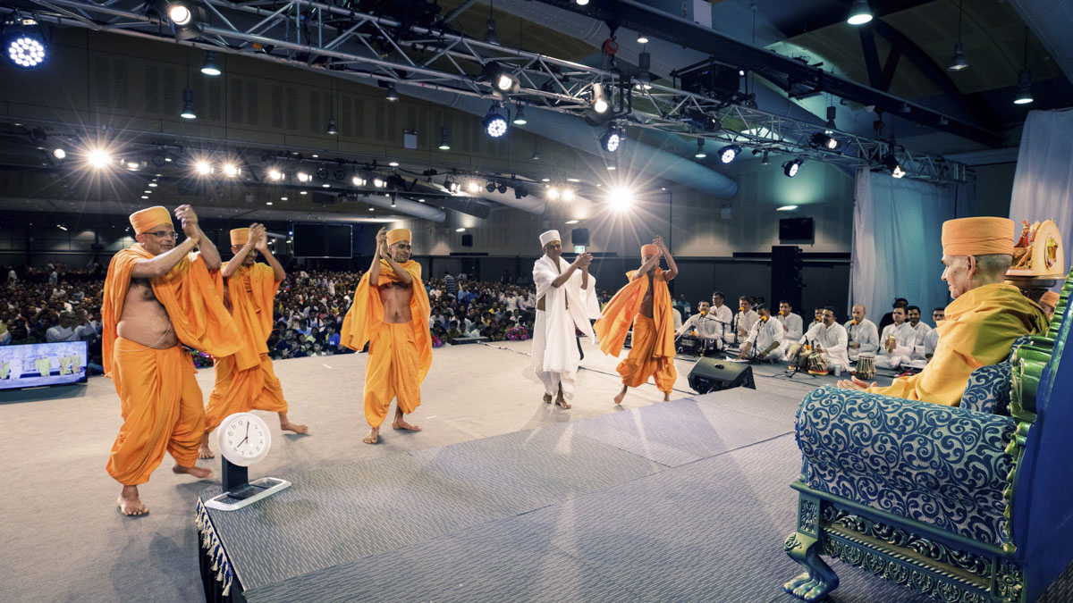 Sadhus and parshad rejoice before Swamishri