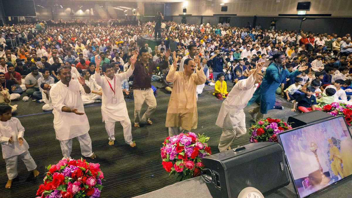 Devotees rejoice before Swamishri