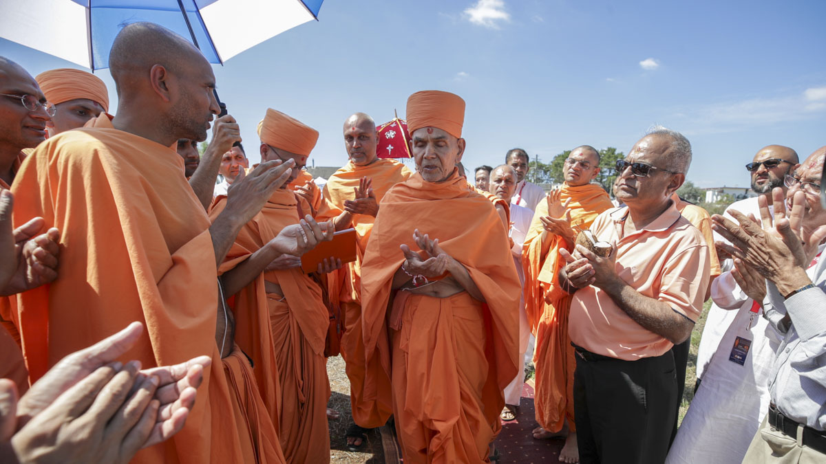 Swamishri, sadhus and devotees chant the Swaminarayan dhun