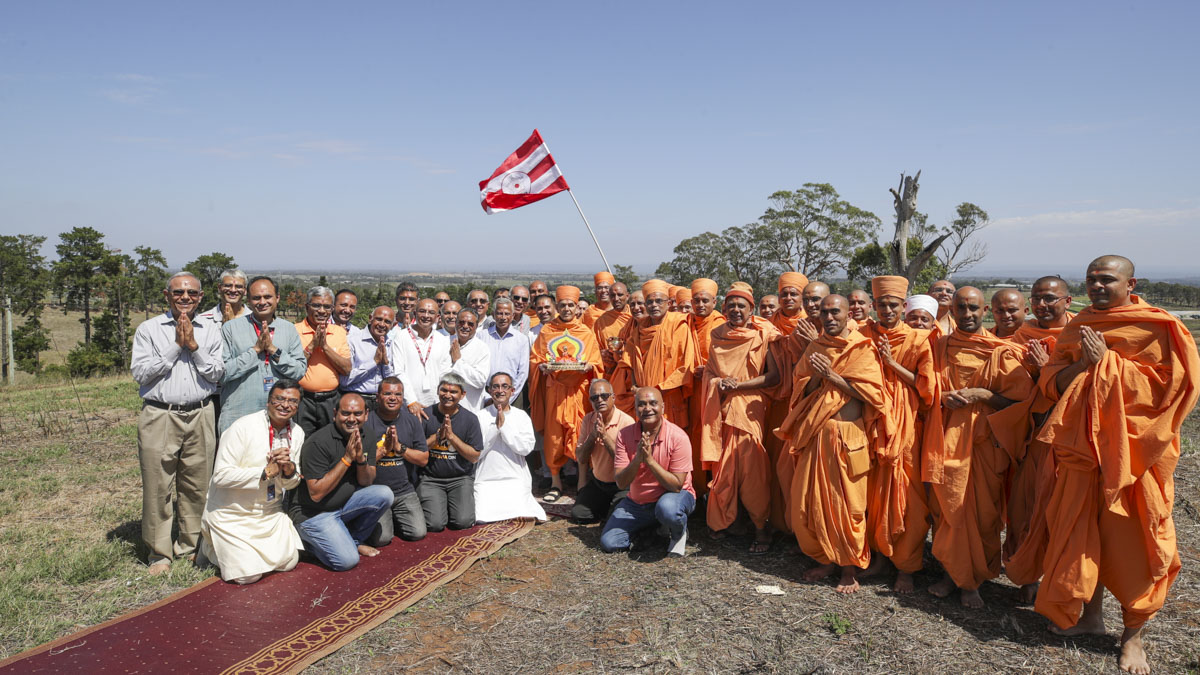 Swamishri, sadhus and devotees on the mandir site