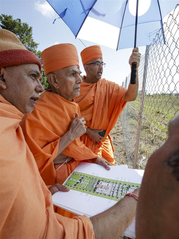 Swamishri observes the mandir site