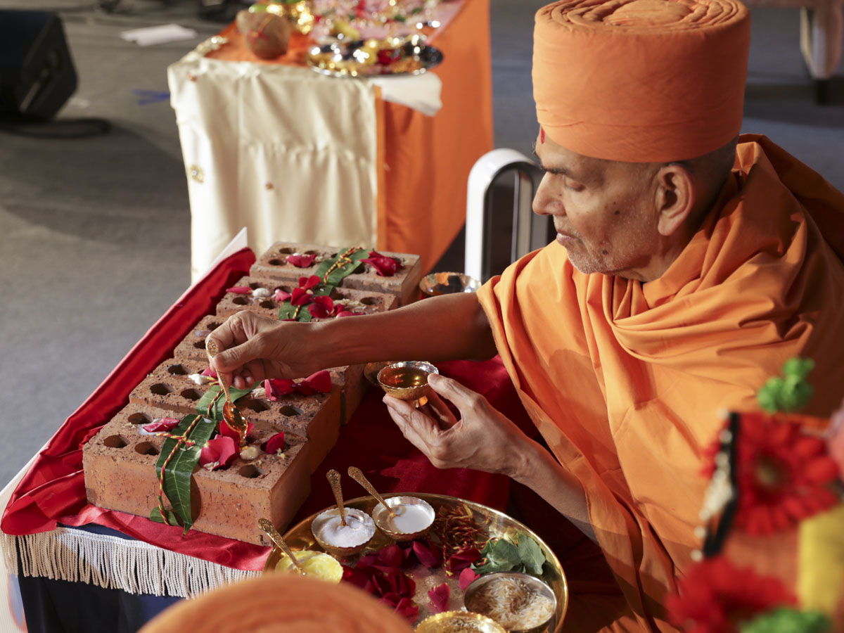 Swamishri performs pujan of the bricks