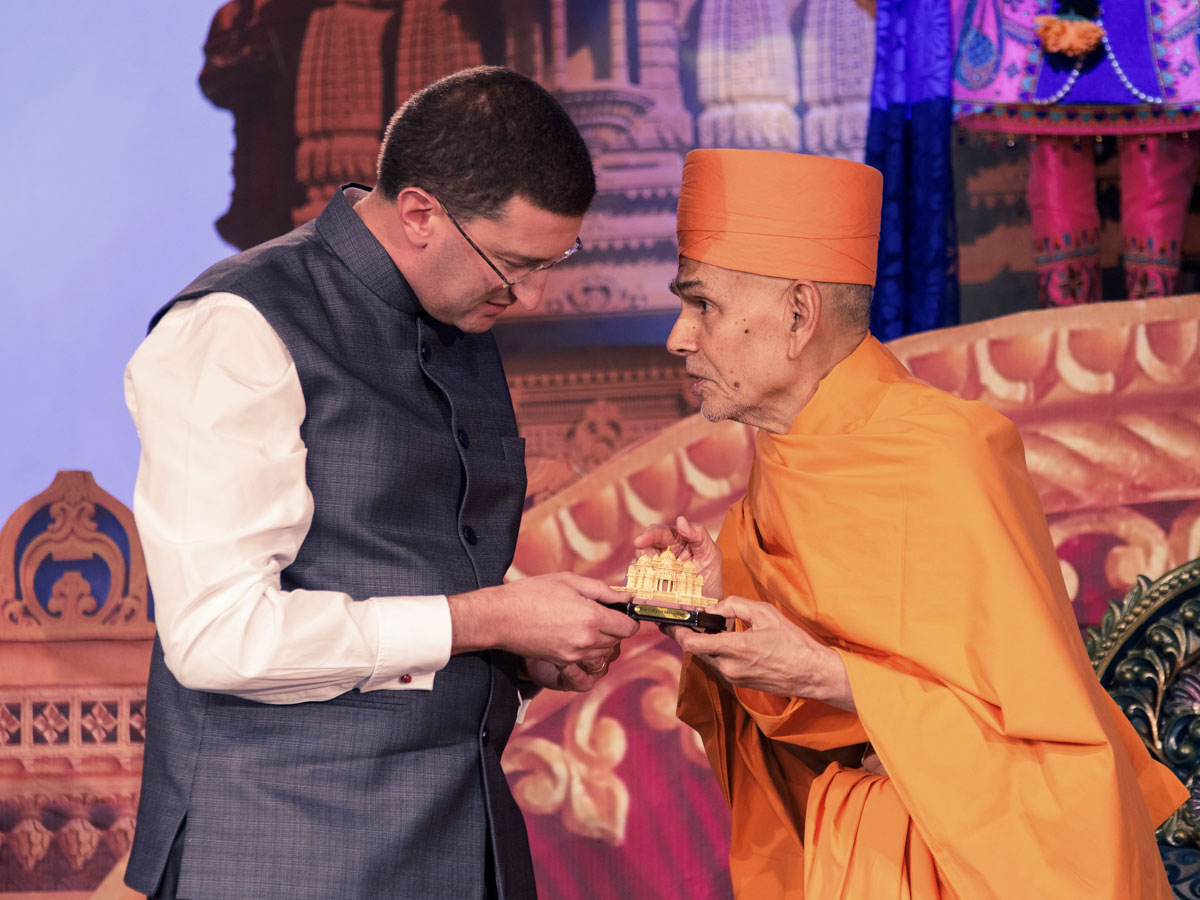 Swamishri presents a memento to Hon. Julian Lesser