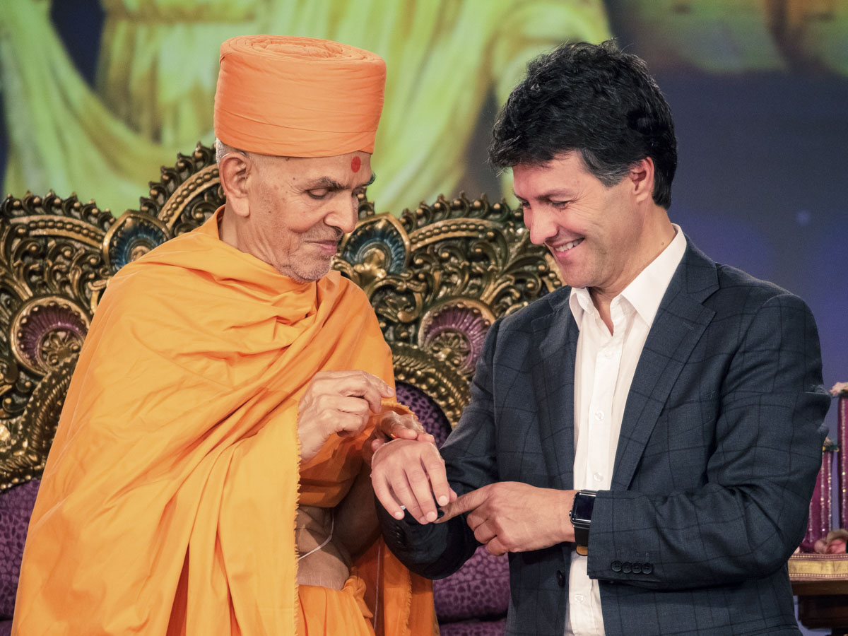Swamishri ties a nadachhadi to Hon. Victor Dominello MP
