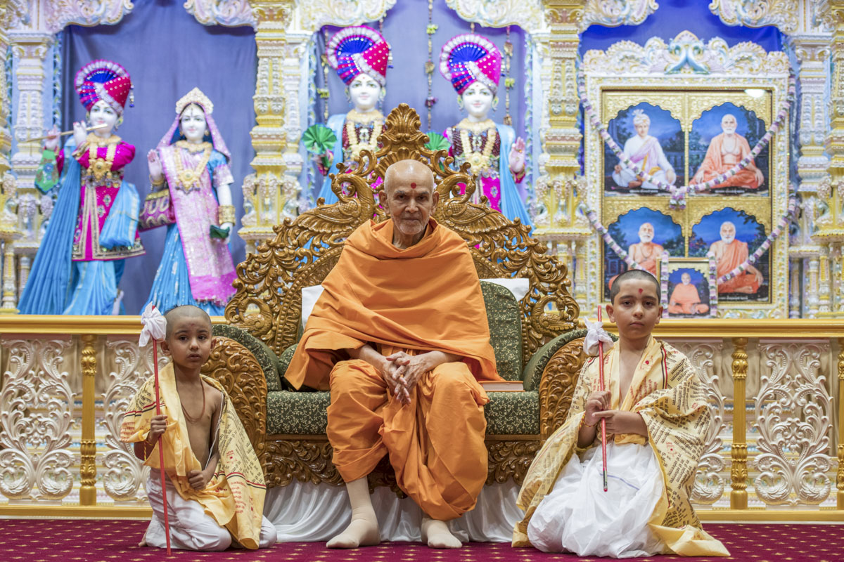 Swamishri blesses children after their upanayan (janoi) ceremony