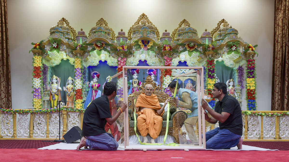 Swamishri participate in a program