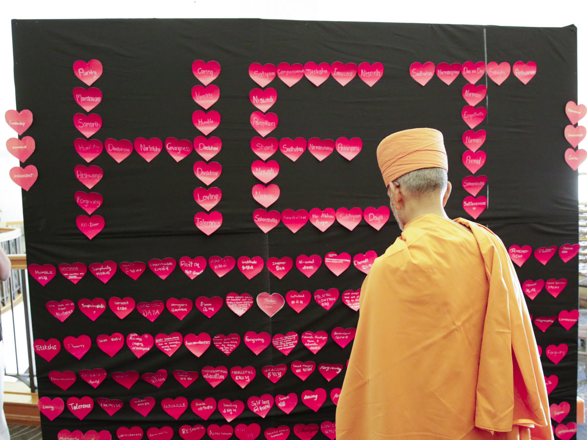 Swamishri observes a display prepared by the kishores and kishoris