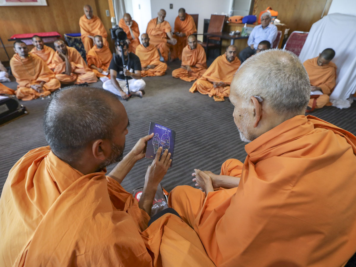 Swamishri sanctifies mementoes for the Yuvak-Yuvati National Convention 2018