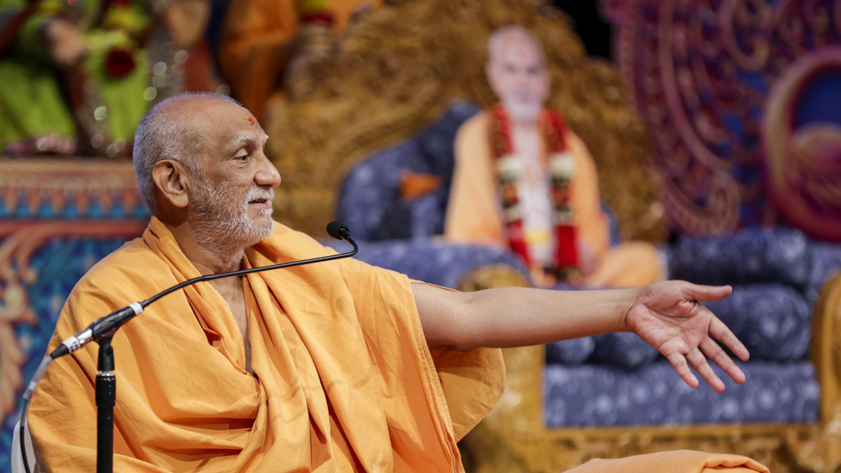 Atmaswarup Swami addresses the session