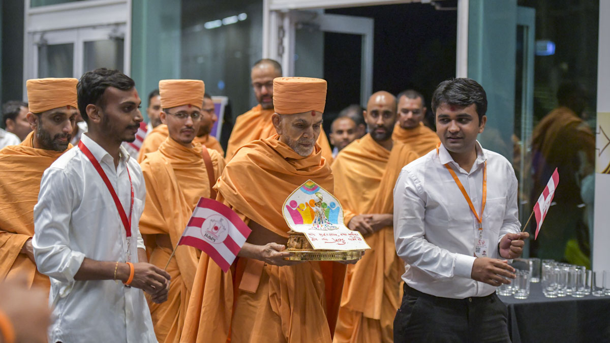 Swamishri arrives to inaugurate the convention