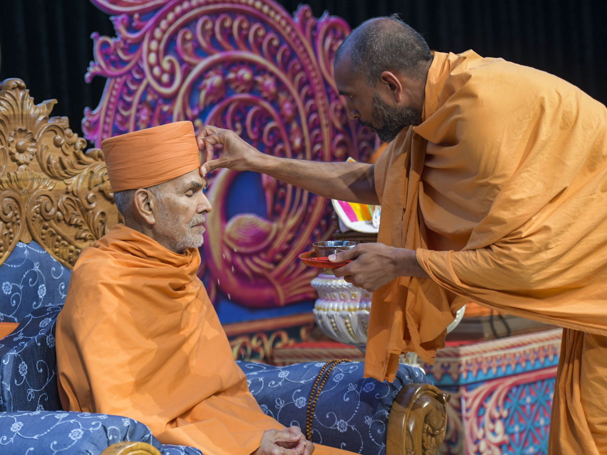 Paramchintan Swami performs pujan of Swamishri