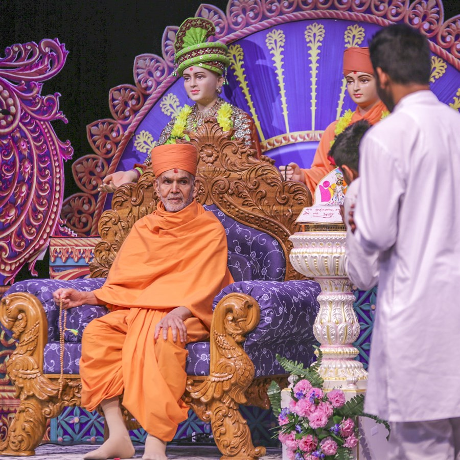 Youths pray before Swamishri