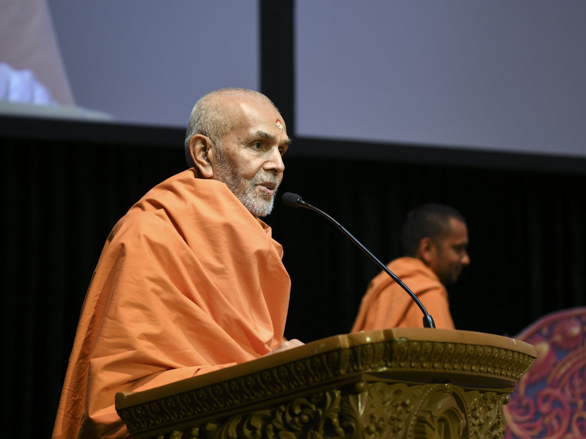Swamishri blesses the session