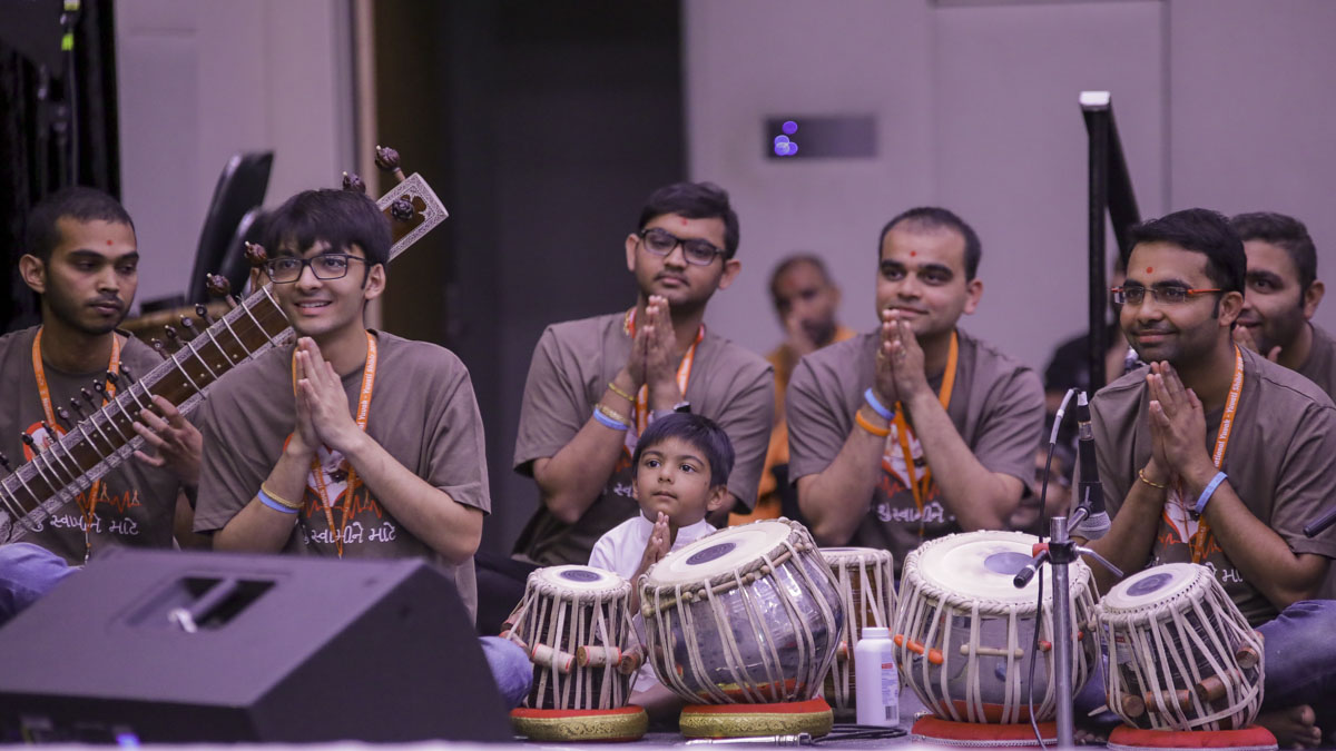 Youths doing Swamishri's puja darshan
