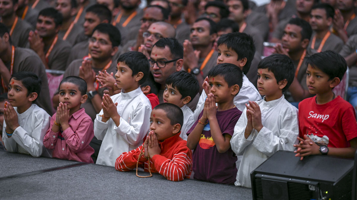 Children doing Swamishri's puja darshan