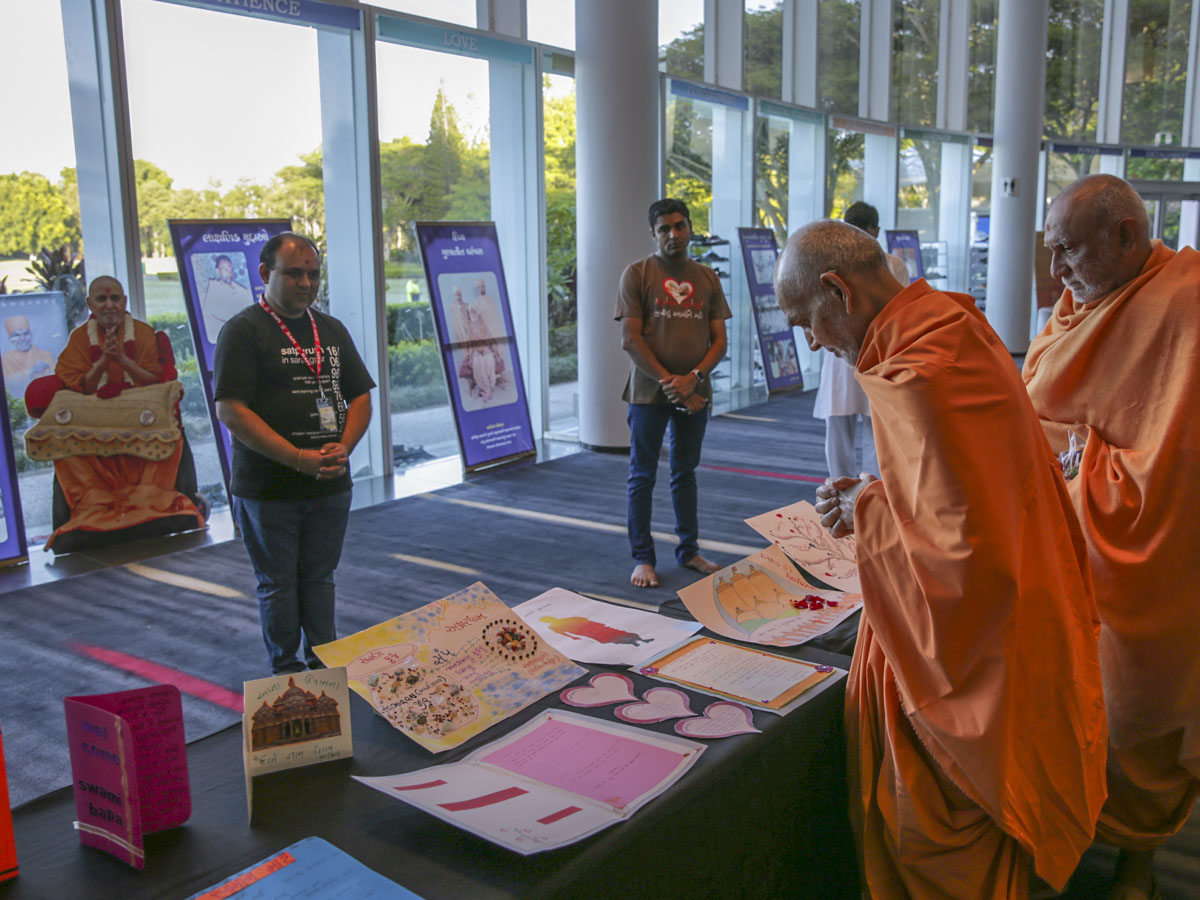 Swamishri observes paintings prepared by youths